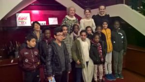 """Les enfants de l'antenne du 18ème avec les comédiens de la troupe """"Le Grenier de Babouchka"""" (c)DR"""